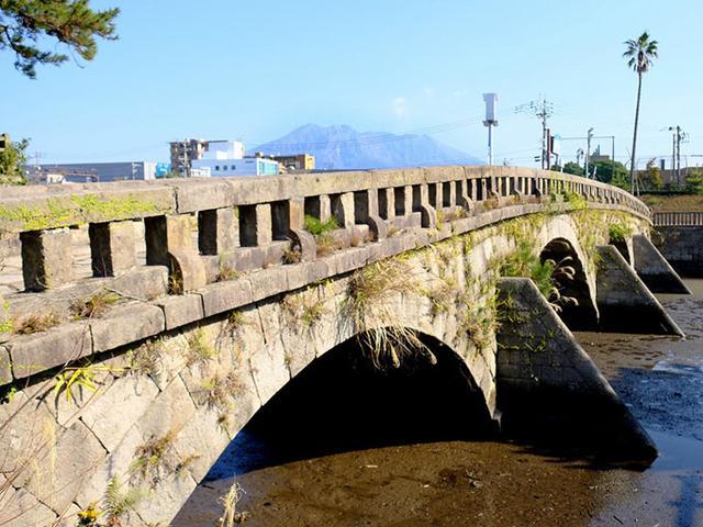 画像: 玉江橋。甲突川で最も後で作られた橋、1849年製。4連アーチの石橋です。
