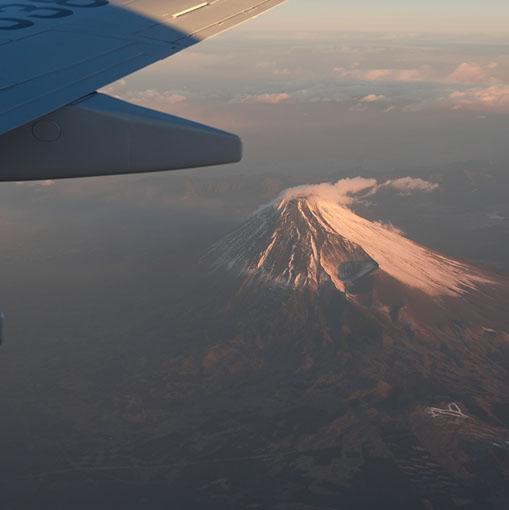 画像: 今年は冠雪が少ない富士山。朝日でピンク富士に。