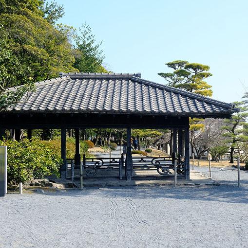画像: お庭にある望嶽楼は琉球から贈られた東屋。異国の雰囲気を漂わせたデザインです。ここで島津斉彬と勝海舟の会談が行われました。彼らはここでどんな未来について話をしたのでしょうか。仙巌園にはこのように、歴史を感じるスポットが多く存在します。