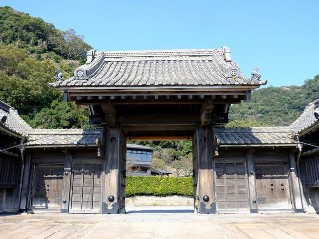 画像: 正門。薬医門で梁も柱も太く立派です。島津家の丸十紋がくっきりと見えます。