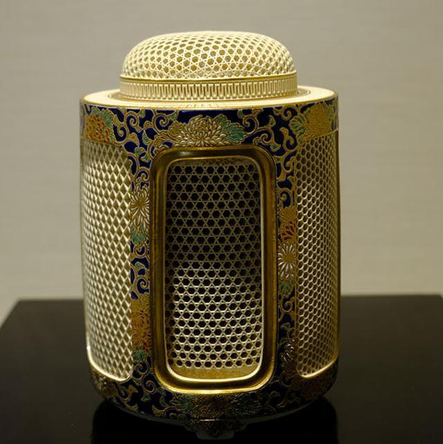 画像: 白薩摩の香炉。寸分違わぬ精工な透かし彫り。絵付けもまるで高級な着物を見ているようです。