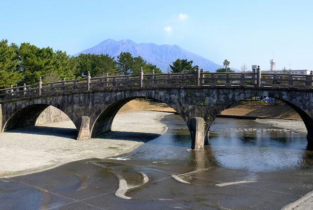 画像: 川底にも支える構造が隠されています。いわゆるこれは「基礎」で、クロマツを水に浸けておくと腐らない特徴を生かし、木材を杭として橋の支えに使っているのだとか。よって現在も人工の川に水を流し、西田橋の保存を行っています。