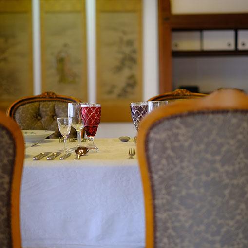 画像: 部屋数は25ほどが残っているということですが、その一つには洋風の装いが施された部屋もありました。島津家の交友関係にはおそらく外国人も多くいただろうと想像します。そんな中ここでもてなすディナーもあったのではと想像すると楽しくなりますね。