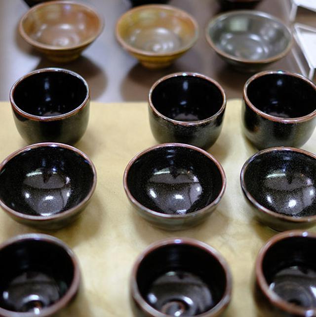 画像: 沈壽官窯では白薩摩、黒薩摩の両方を作っています。江戸時代までは黒薩摩が主流でした。