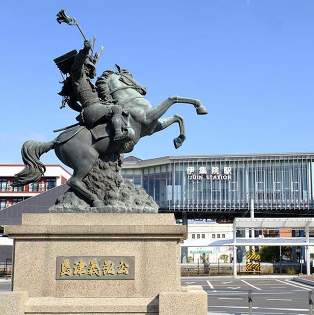 画像: 駅前には薩摩国の武将である島津義弘公の騎馬像。朝鮮から連れ帰った陶工職人たちを保護し、薩摩焼の制作にあたらせました。それにしてもこの騎馬像、見たことあるなぁと思ったら…。