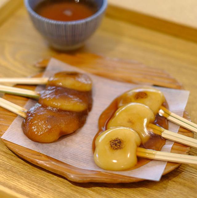 画像: 柔らかいお餅、お醤油と味噌の2種類のあまだれがけ。ぢゃんぼ餅は大河ドラマ「西郷どん」でも登場。お皿をよーく見てください、桜島大根にかたどられた屋久杉で作られた木皿です。