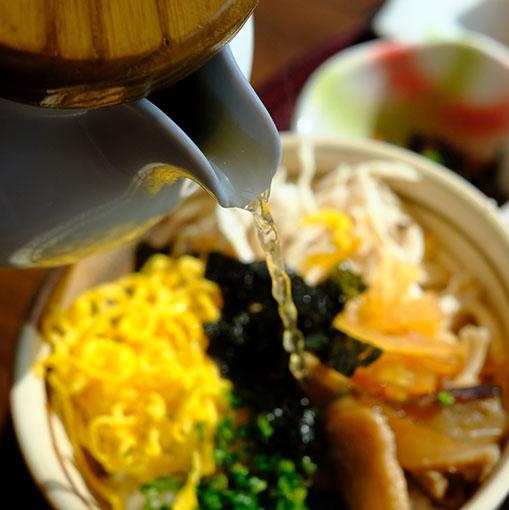 画像: 奄美の郷土料理「鶏飯」はごはんの上に鶏肉や干しシイタケ、錦糸卵、薬味などを乗せ、出汁をかけて食べるもの。いわゆる「だし茶漬け」です。