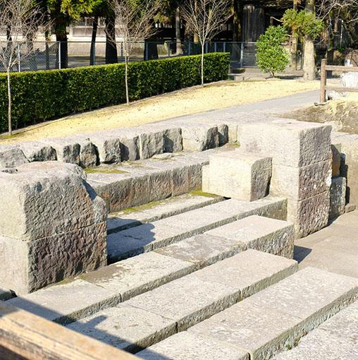画像: そしてこの仙巌園の中でも最も大きな特徴のひとつとして、庭園内に藩主自らが近代的な工場群を築いたということが挙げられます。こちらはそのひとつ、世界遺産にも登録されている反射炉跡です。28代斉彬は大国に打ち勝つ日本を作るため近代化を図り、大砲を作るための反射炉を建設しました。 時代は幕末、明治時代に入る直前。薩摩藩も世界各国との関係を深めていた頃です。日本の発展を願い、祖国を守るための強い国づくりを行いたいという斉彬の想いを形にすべく、亡きあともその意思を継ぎ近代化に取り組みました。