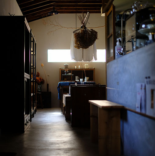 画像: カフェと雑貨。テイクアウトドリンクもあって、コーヒー片手に美山散策というのもいいですね。
