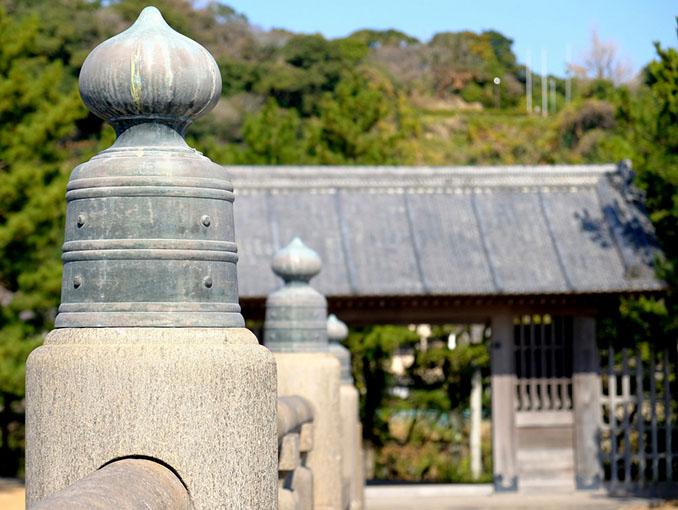 画像: 立派な青銅擬宝珠も格式の高さを感じます。この橋は江戸に参勤交代へ向かう際、お城から出たお殿様が必ず渡る橋だったということで、同じく御門も再建され、当時の雰囲気を感じさせる公園になっています。