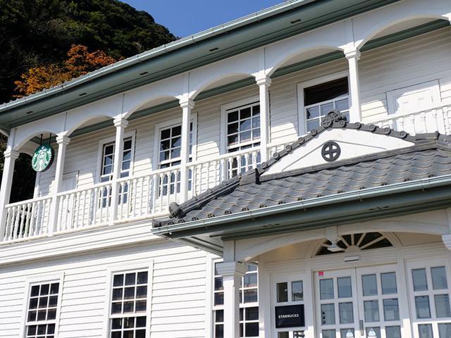 画像: スターバックスコーヒー鹿児島仙巌園店。島津家の丸十紋が中心、スターバックスのロゴは控えめに。