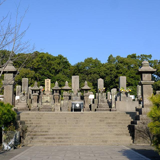 画像: 暑いくらいの良いお天気の中、墓地に到着。沢山の墓石の真ん中に西郷隆盛のお墓があります。
