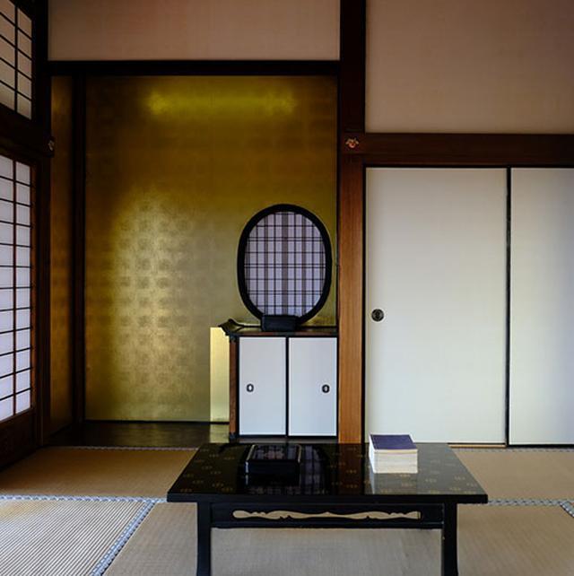 画像: 居間は唯一、体験できる部屋です。中に入り当主の気分を味わえるのです。景色の良いお部屋でもあり、センスと品格ある雰囲気が漂う空間です。
