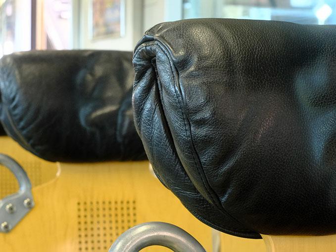 画像: なんと革張りのヘッドレスト。普通に通学の学生さんも乗る電車がコレ。九州電車のポテンシャルがすごい。