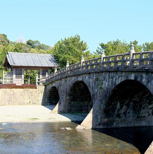 画像: 江戸時代に造られた「甲突川の五石橋」のうちの三橋を見ることができます。