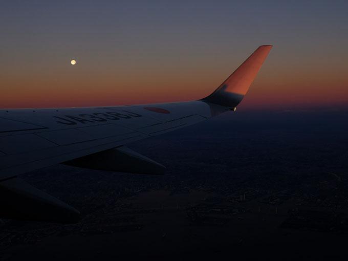 画像: 羽田から飛んだ飛行機では、朝焼けと満月の競演を楽しめました。