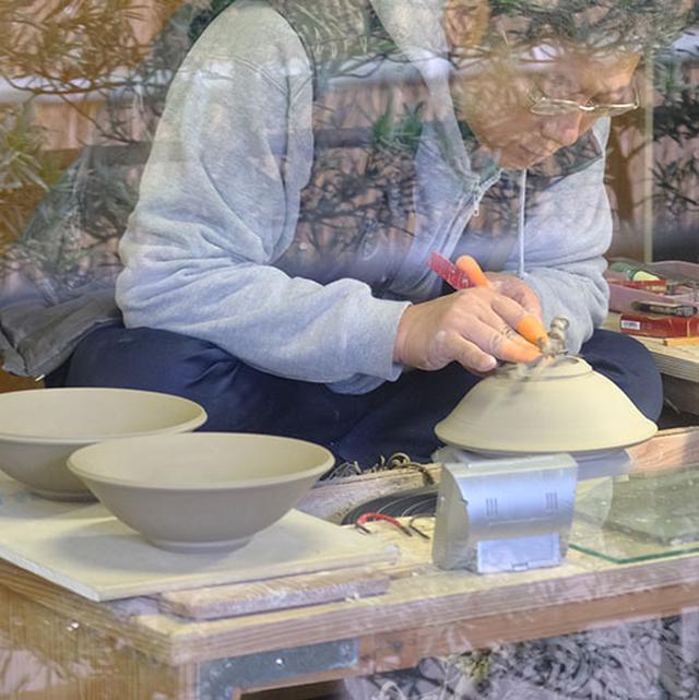 画像: グレー色の土から作られるのが白薩摩。現在はガス窯で焼かれ、高めの温度で焼きしめられます。