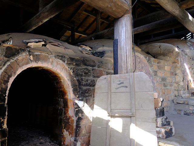 画像: 敷地内にある登り窯。年に3度も火入れを行うと聞くと、沈壽官窯の規模の大きさを感じます。台風などで倒木した松を使い1,200度まで上げ、黒薩摩を焼き上げます。登り窯は一番下の窯から徐々に上の窯へ熱を伝えていく、エコな構造になっています。
