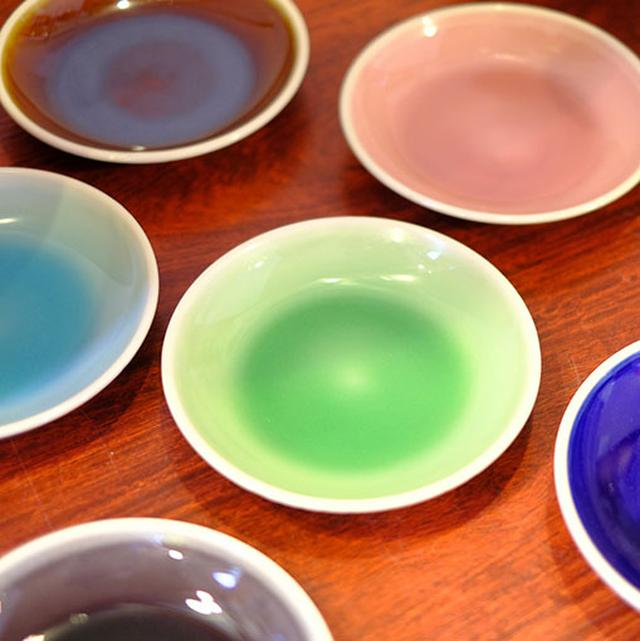 画像: この美山陶遊館の中にもひとつ工房があります。それが「モダン薩摩」。薩摩焼の中にもカラフルな釉薬を使った現代のデザインが表現できるんですね。