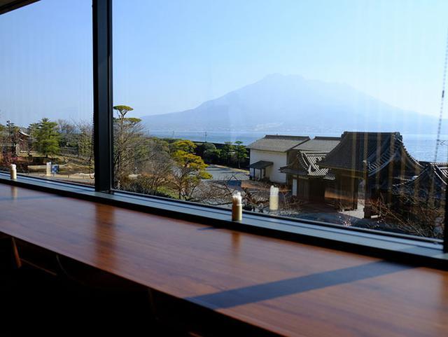 画像: パノラマのガラス窓からの見晴らし抜群のカウンターを持つレストラン。