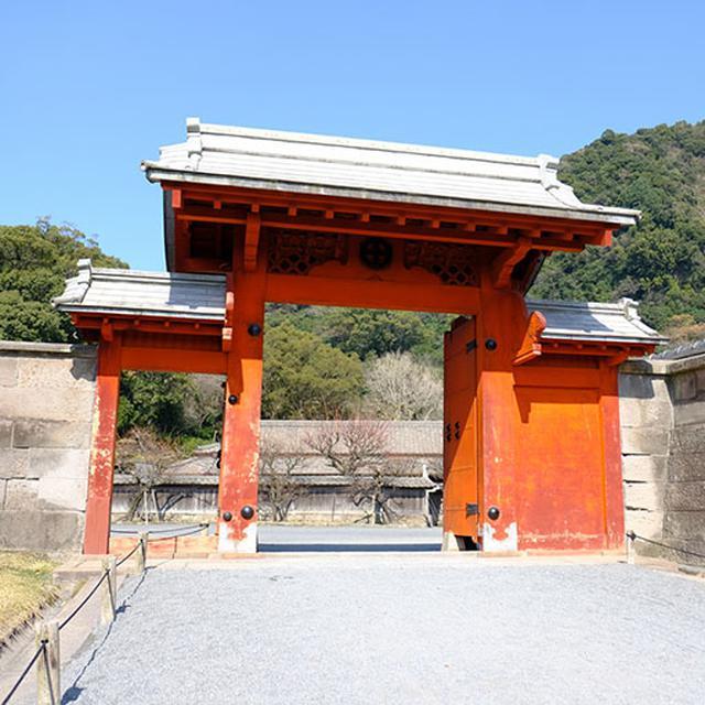 画像: 次に見えるのは錫門。朱塗りの門で中国式のような姿です。この門は瓦ではなく錫で作られた屋根を持つことからこう呼ばれます。薩摩は錫が良く産出され、特産品でした。