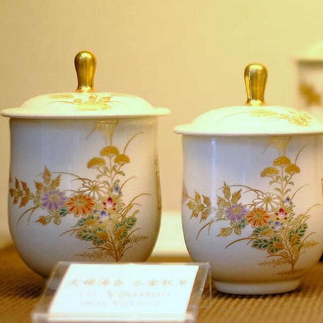 画像: 磁器のような白さを持つのが「白薩摩」。繊細で華やかな絵付けが施され、藩御用達として作られました。