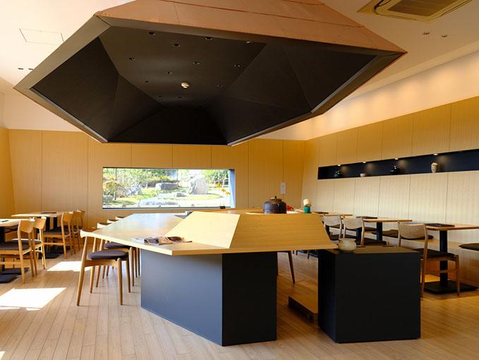 画像: こちらはちらっと覗かせていただいた「仙巌園茶寮」。桜島と錦江湾を模したテーブルがすばらしい!