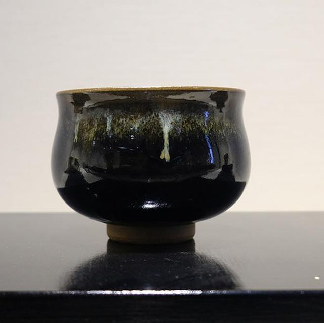 画像: 黒薩摩はどっしりとして艶っぽく、シンプルながらも存在感を放ちます。手になじむような温かみのある器です。