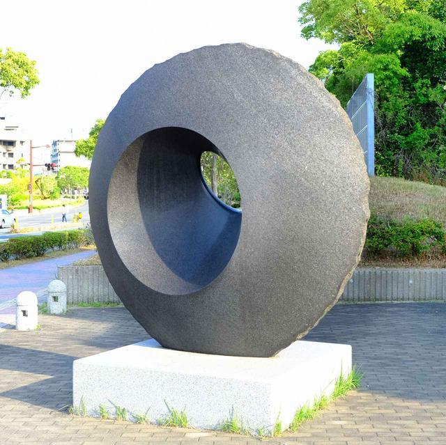 画像: なんでもない歩道の脇や交差点の近くに置いてあるのが美術品という宇部の街…。2003年発表「鼓動」。重たく硬そうな石がつるつるに磨かれていました。