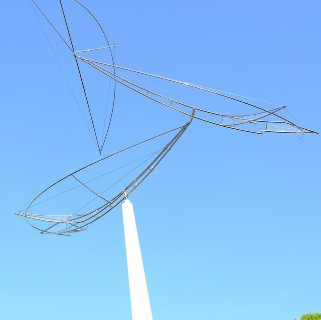 画像: こちらも彫刻!?真締川沿いで最初に見つけたのは空にまっすぐと伸びる作品。2005年発表「空を行く2005」。