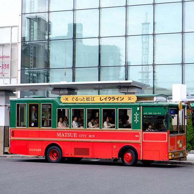 画像: 松江駅からは観光地をまわれる循環バス「ぐるっと松江レイクライン」が走っています。レトロで目立つので乗り場もわかりやすい!