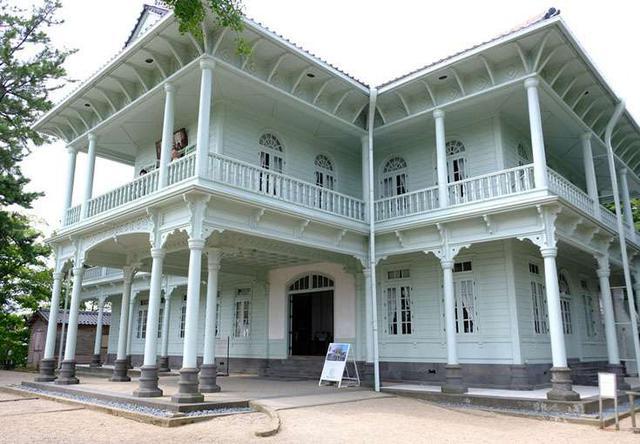 画像: すぐ隣には洋館の「興雲閣」。中にはカフェや松江の歴史や人物の資料などが展示されています。明治時代の皇太子(後の大正天皇)がお泊りになった迎賓館です。
