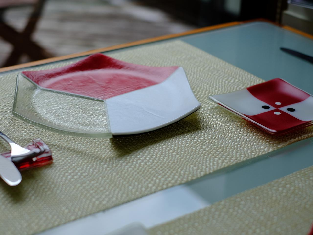 画像: 日常の中でも違和感なく使えるんですよ、と久美子さん。カラフルな器でも不思議と料理の邪魔をせず馴染むのだそう。