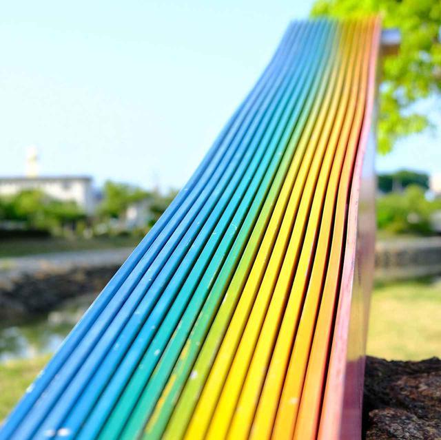 画像: こちらもすぐ近くにあった彫刻「UMIE(湖へ)」。材質はアルミニウムで虹色に。