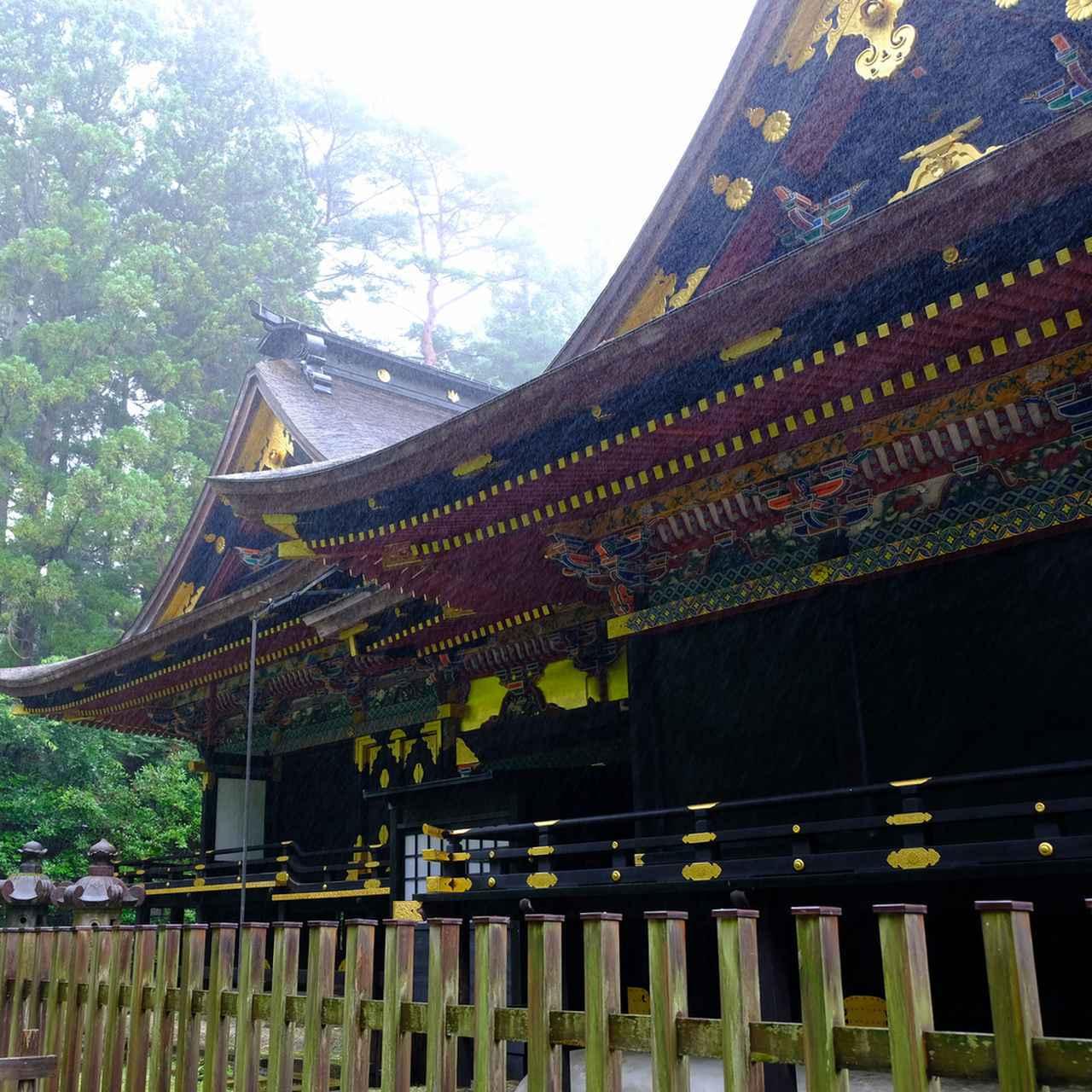 画像: 拝殿から石の間、そして本殿へとつながる権現造。社殿の左側から奥の本殿も見ることが出来ました。