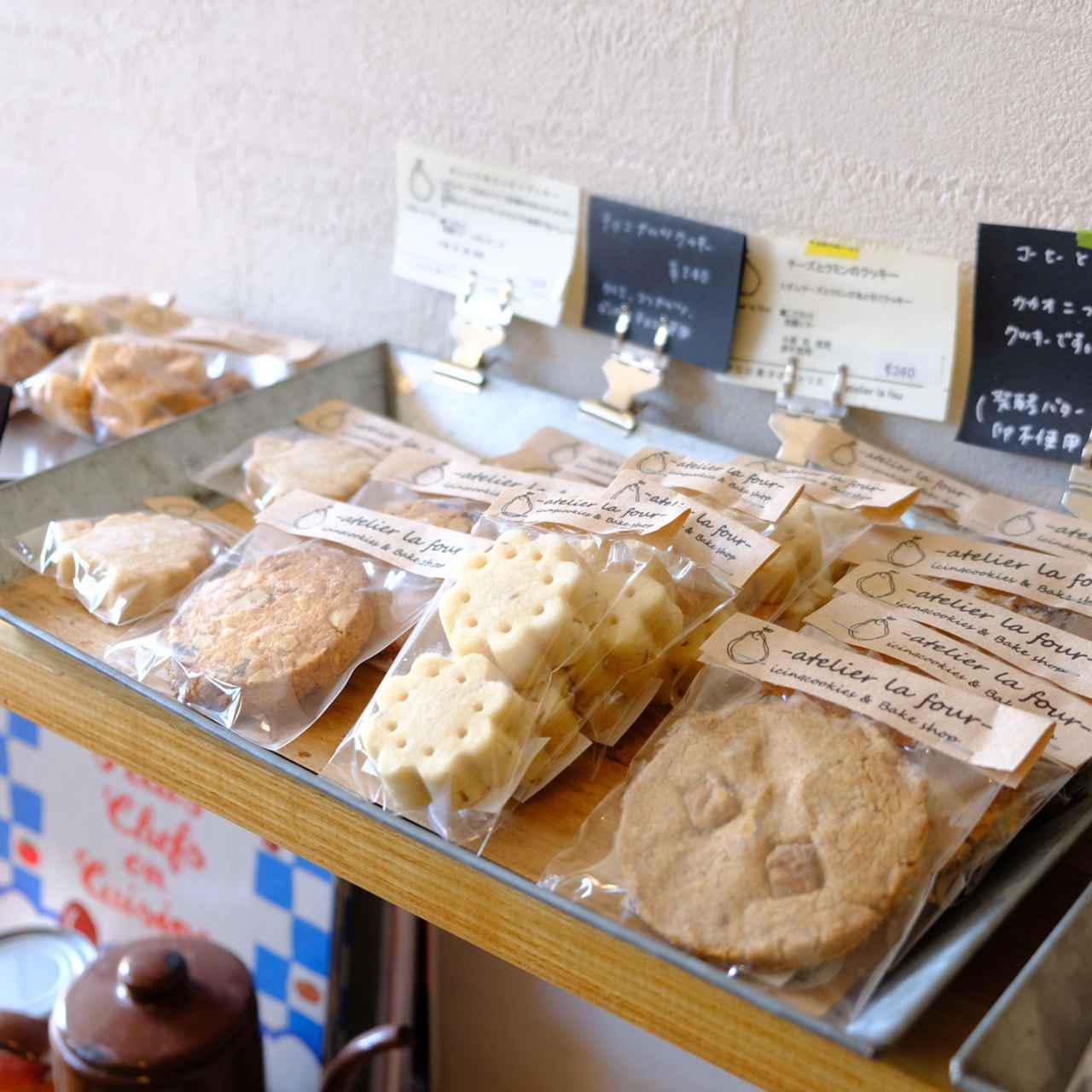 画像: 小さなお店に様々な焼き菓子が並ぶアトリエラフール。今回、購入したものは旅の前にあらかじめ予約していたものです。