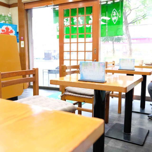 画像: 和菓子がきれいに並ぶ、歴史のある餅店。商品を店の奥で手作りされていて、忙しそうな声が聞こえてきます。店内でも食べることが可能です。