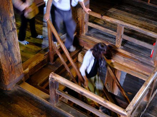 画像: 階段は急なので特に降りる時は気を付けてください。しかもツルツルすべるのでしっかり歩かないと危ないです。