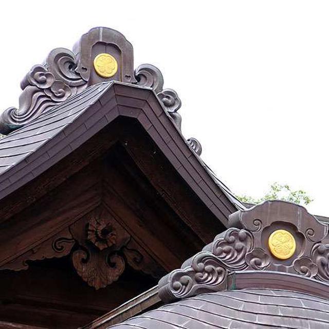 画像: 屋根に付けられた葵の御紋も見どころのひとつ。松江城主であった松平家は徳川系であり、松江神社はもともと東照宮として建てられました。