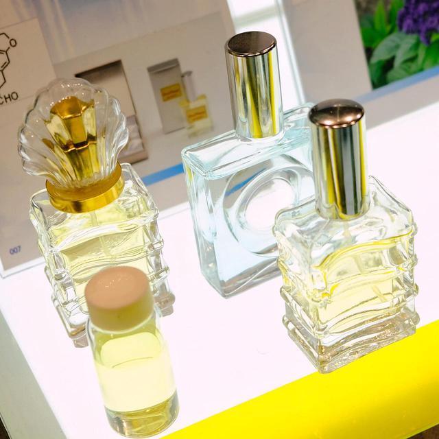 画像: 香水の原料も作られています。においを嗅がせてもらったそれは「スイカ」。爽やかでみずみずしい香りでした。