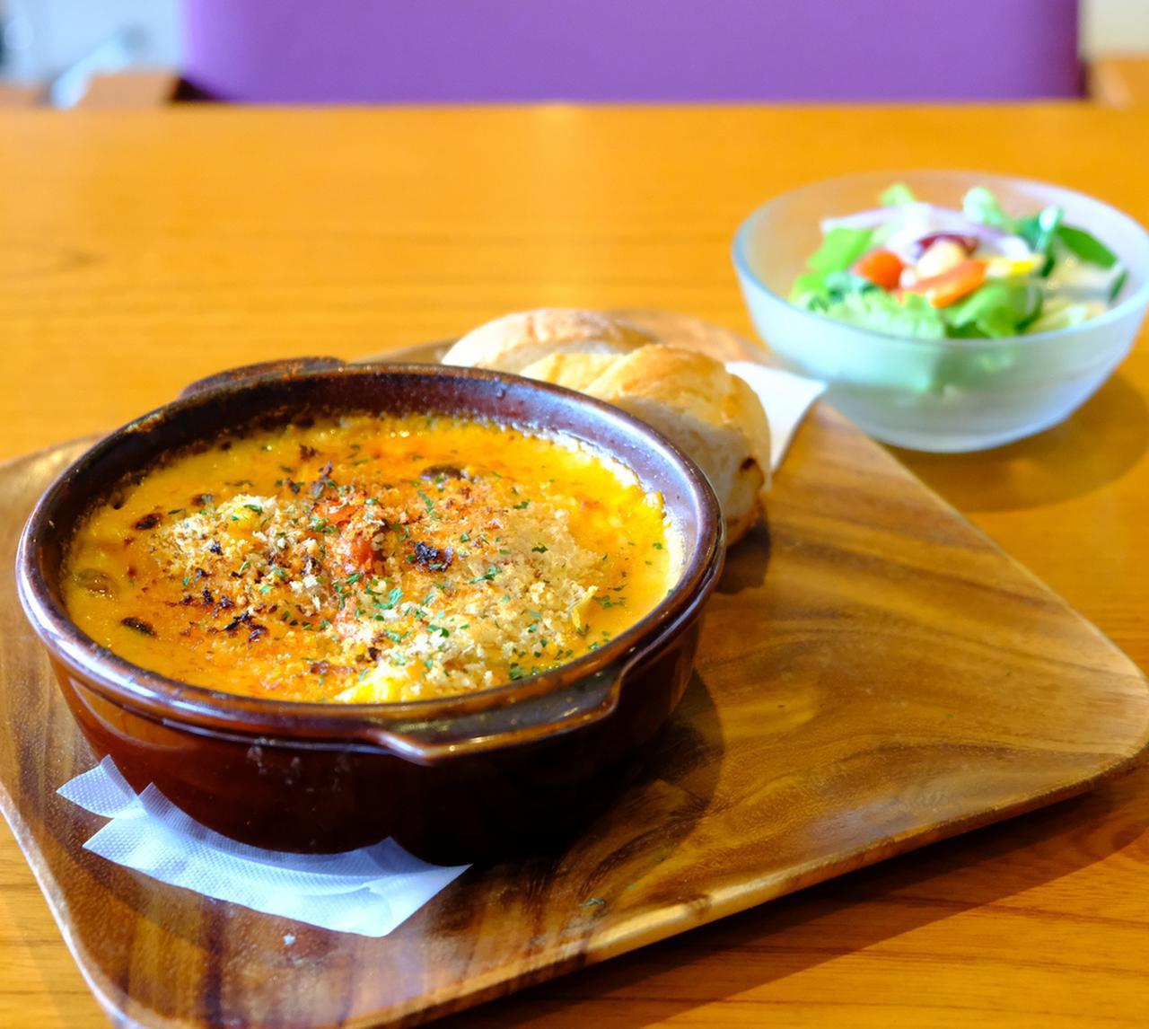 画像: オーダーは「季節野菜のラザニア」。パンとサラダ付。