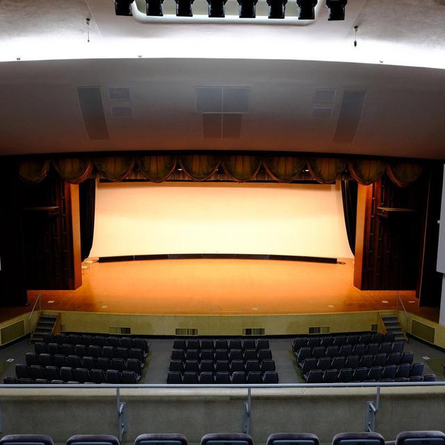 画像: ホール内。舞台の淵にもカーブが掛かっています。
