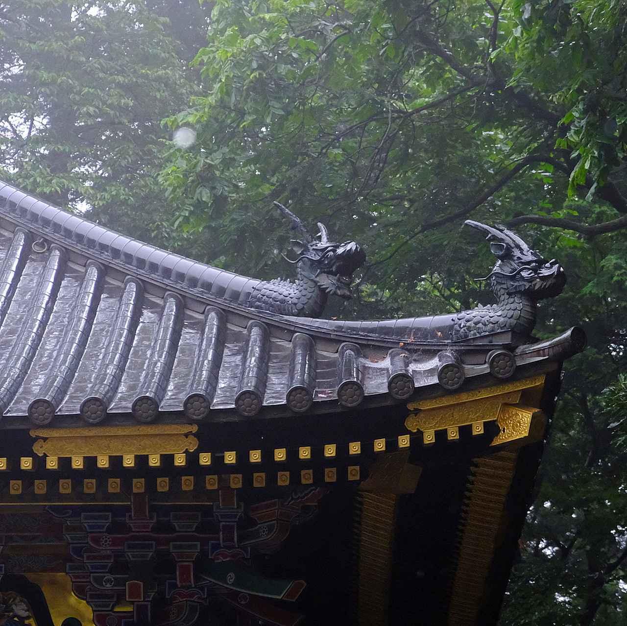 画像: 屋根の上にある竜頭瓦は平成13(2001)年に復元されたもの。この写真の2体が阿・吽になっていることがお分かりでしょうか。