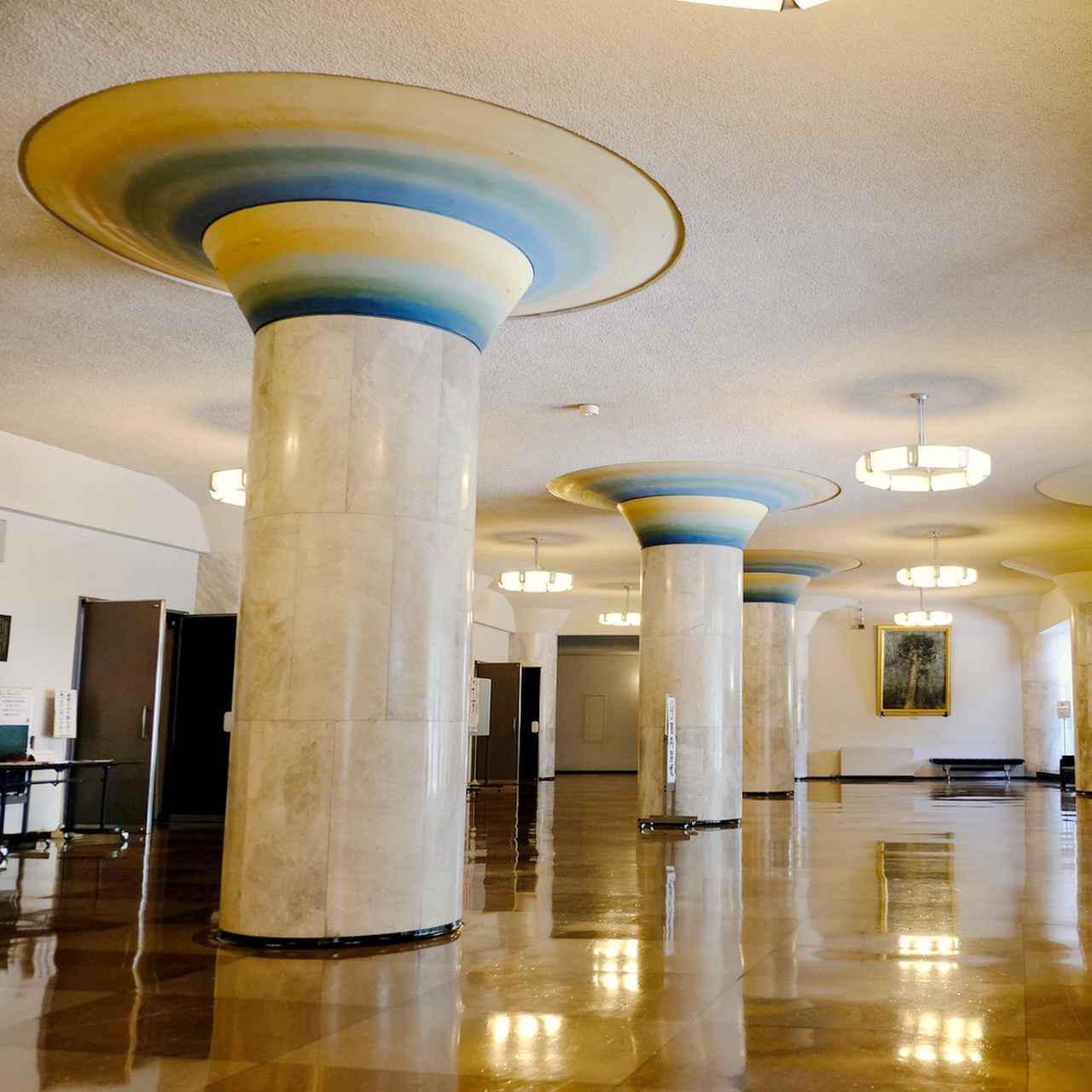 画像: ロビーの柱は一種独特です。大理石の円柱と天井をつなぐ部分はきのこの笠のように広がり、グラデーションがつけられています。
