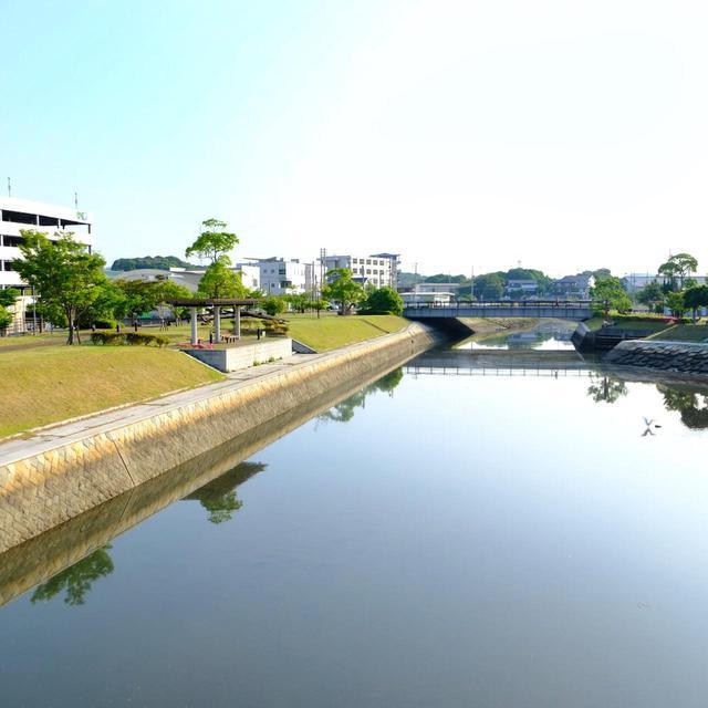 画像: 川沿いは遊歩道として小さな公園、ベンチなどが整備されています。緑も多く気持ちがいい景色です。