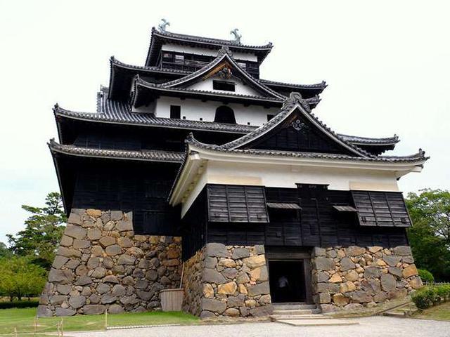 画像: 国宝・松江城、別名千鳥城と呼ばれています。手前に出っ張ったところは「つけ櫓」。ここは入ると地下一階になっています。戦闘要素の多いお城で、実際に攻め入られた時の細工が施されています。