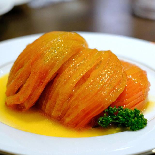 画像: オリジナルドレッシングで食べる芸術的な薄さのトマトスライス。野菜のドレッシングが黄金色に輝きます。