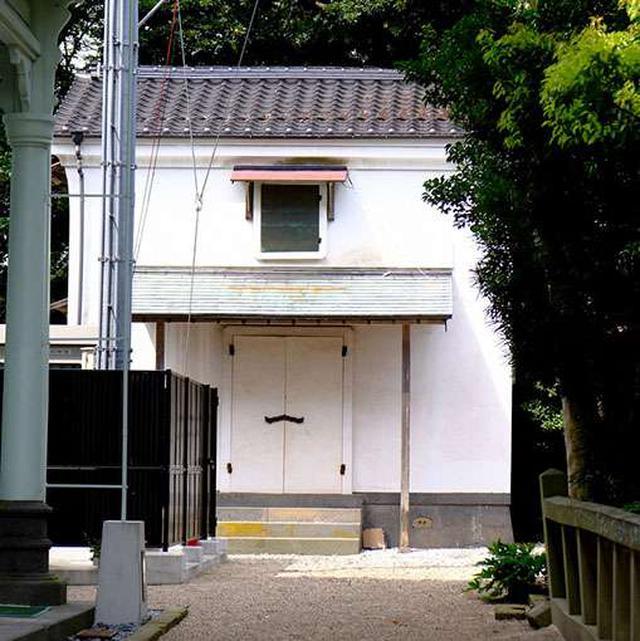 画像: 松江神社と興雲閣の間にひっそりとある蔵。この中から、松江城国宝決定の背中を押した祈祷札が発見されました。
