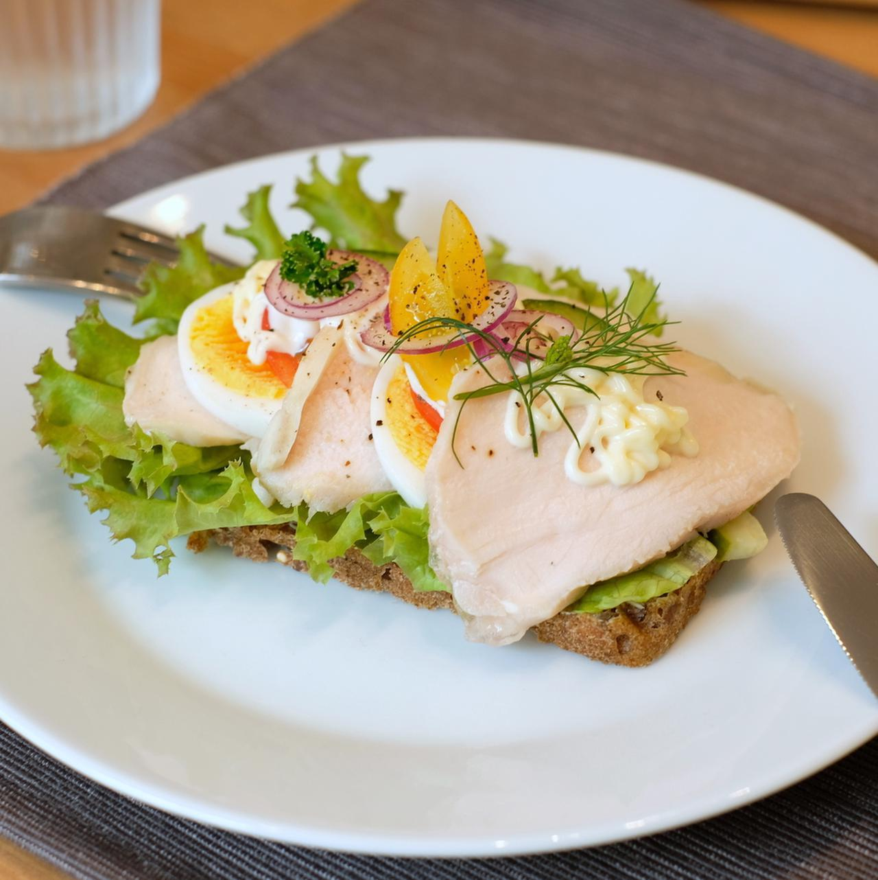 画像: ライ麦パンの上にフレッシュ野菜、そしてチーズやハーブやマリネ、時にスパイスやソースも加えたアレンジ自在のメニューです。食べる時はお皿に取り分けナイフとフォークでいただきます。