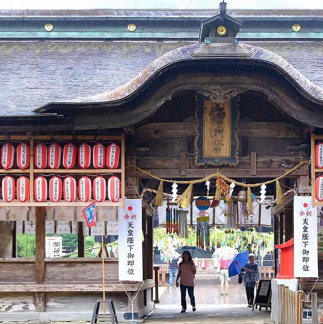 画像: 国宝の社へ向かう手前にある長床。ここをくぐれば国宝の御社殿。